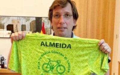 El alcalde de Madrid Martínez-Almeida se viste con la camiseta oficial de la I Ruta Ciclista Contra el Cáncer