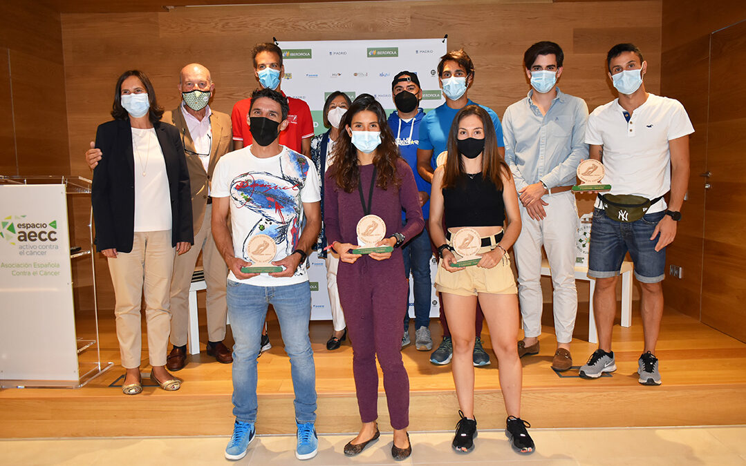 Los ganadores de la VIII Carrera En Marcha reciben sus premios en el Espacio Activo de la AECC al tiempo que lo descubren por dentro